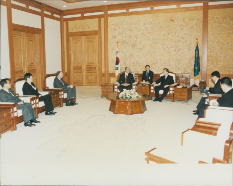 Lew Platt meeting with South Korean President Kim Dae-Jung.