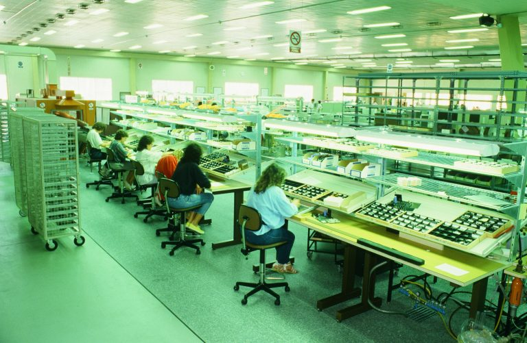 Photo of HP's Barcelona production floor demonstrating open floor plans and individual space.