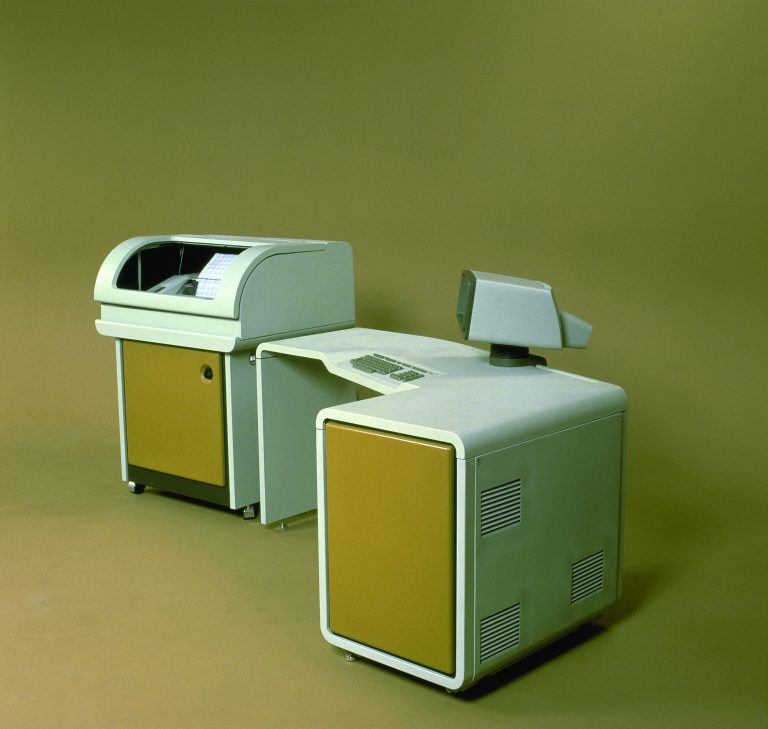A photo of the HP 250 Business Computer with its integrated desk design.