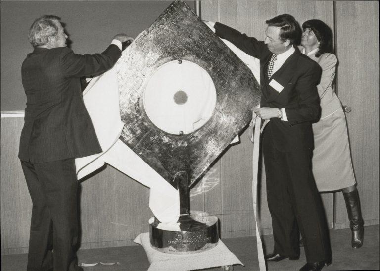 Bill Hewlett helping to unveil a sculpture to celebrate Hewlett-Packard SA's 25th anniversary in 1983.