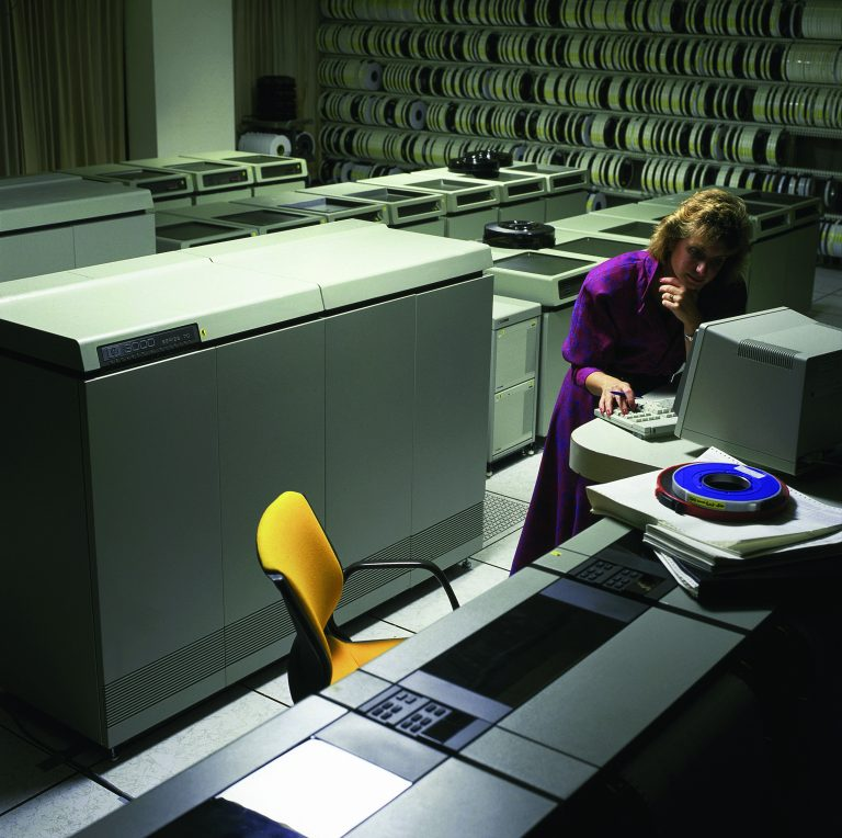 A woman works at a terminal of the HP 3000 950 in 1987.