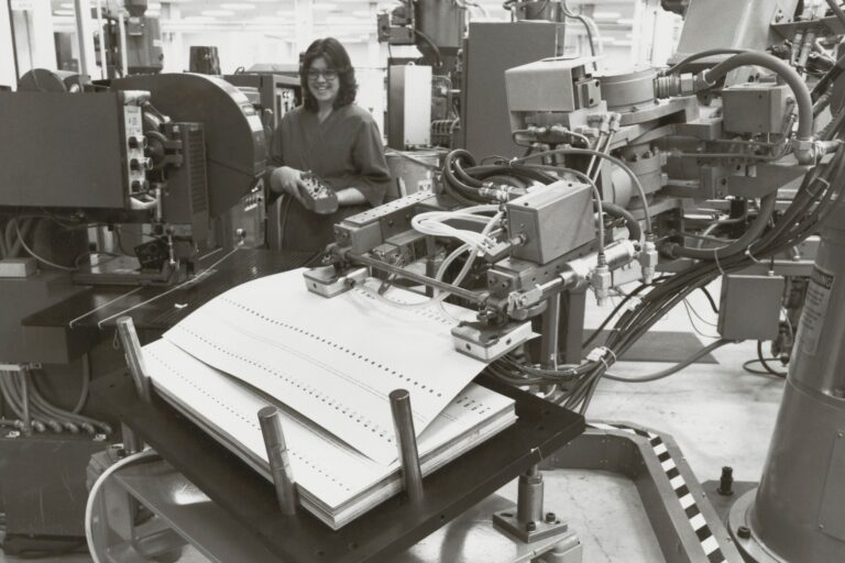 Photo of a robot on the production floor at Hewlett-Packard in 1983.