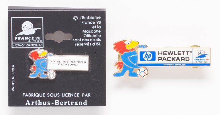 A pin including the Footix mascot recognizing Hewlett-Packard as an official supplier of the 1998 World Cup in France.