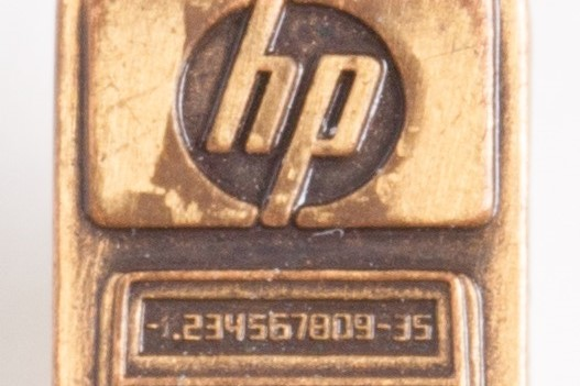 Photo of the pin used to commemorate the ten-year anniversary of the HP 35.