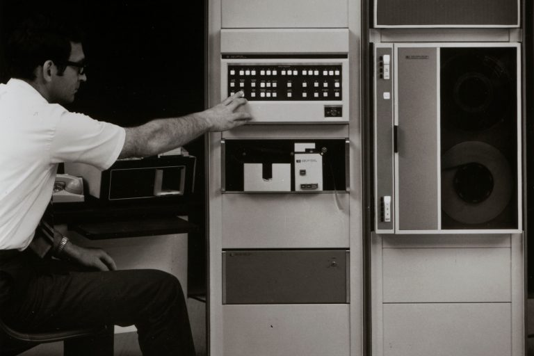 Photo of the HP 2100 computer system featuring the 7900 disc drive on the top right.