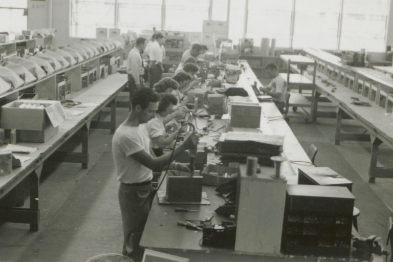 A photo of Hewlett-Packard's production lines from the 1940s with open spaces and employees working side-by-side.