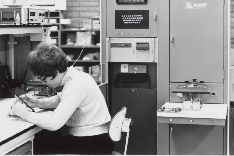 Photo of an unnamed female employee at work at Hewlett-Packard.